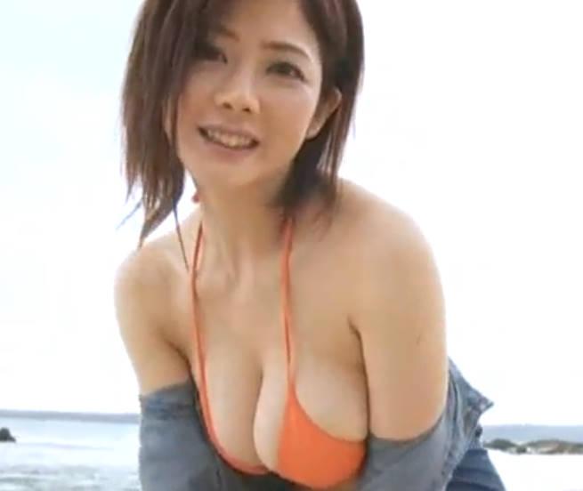 【高宮まり】プロの雀士でありながら、巨乳アイドルでもある高宮まりが海辺でおっぱいをぶるんぶるんさせながら男を挑発する動画!