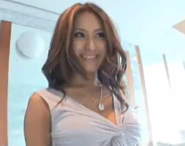 ゴージャスな感じのする美巨乳の女性が男とデート。もちろんホテルでフェラチオからのセックスまで2回戦も!男の乳首を舐めるのも慣れている感じで、エロメスぶりを発揮しまくり!
