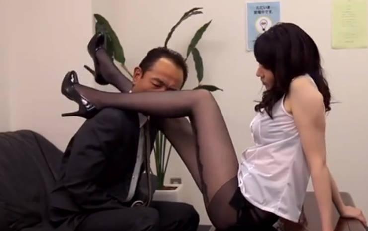 超美脚のOLがオフィスの中で男性社員に足をからませて挑発!我慢できない中年社員はタイツの上から脚やお尻に顔をすりすりして、しまいには手マンを始める。女も喘ぎ声をあげて喜び狂う!
