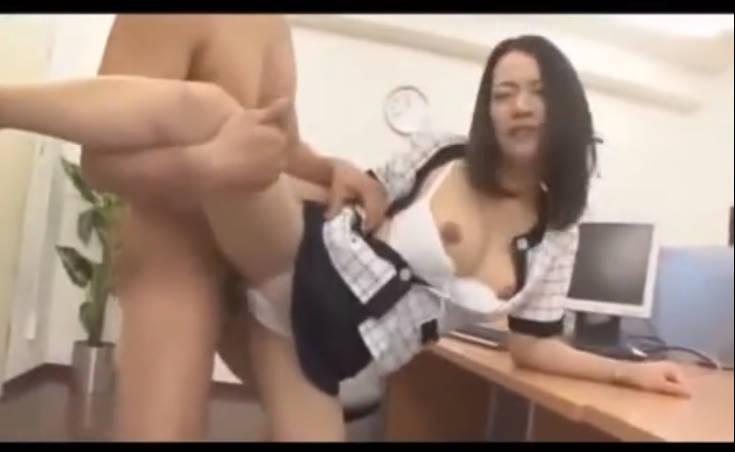 事務室内でローターを膣内にねじりこまれてマン汁を垂らすOL。男性社員からいじられまくり、敏感になったアソコへパンティをずらしてチンポを挿入。やらしい喘ぎ声が部屋に響き渡る!