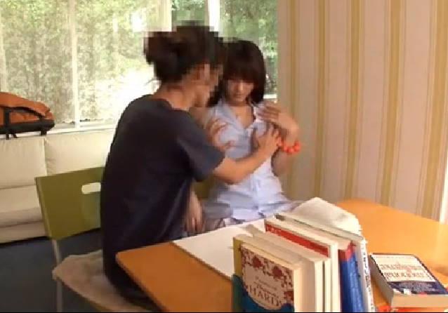 家庭教師が生徒を誘惑しておっぱいを触らせる。トランクスからカチカチになったチンポを取り出し、男子生徒から精子を搾り取る!若いチンポは家庭教師のマンコに吸い込まれ、何度も精を吸い取られる!