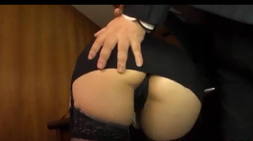 エロ社長にお尻をまさぐられる美人秘書!激しく抵抗しても社長は手を緩めず、黒のパンティのマン筋をいじりまくる!別の社員が入ってきても、美尻を手で犯し続け秘書は屈服してしまう。