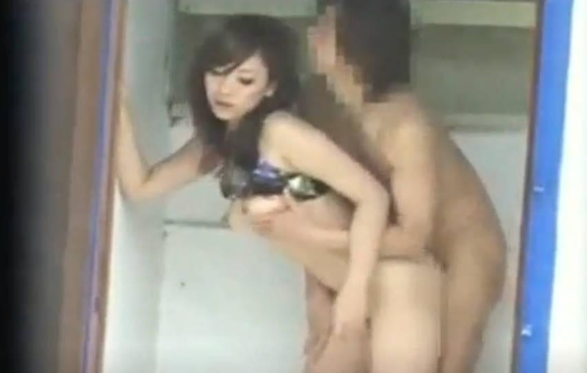 盗撮されているとも知らずに屋外で水着のままイチャイチャするカップル。女の子は水着を脱がされ乳首を吸われると、火が付いたのか手コキを始める。興奮した二人はそのままセックスまでしてしまい、バックでイキ果てる。