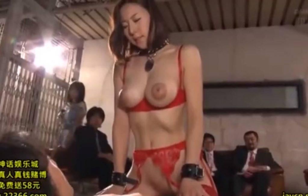【松下紗栄子】衆人環視のもと、人の目にさらされながらセックスしてしまう美熟女。恥ずかしいのに下からマンコを突き上げられるとアヘ声が出てしまう!最後は受精必至の中出しをされてしまう。