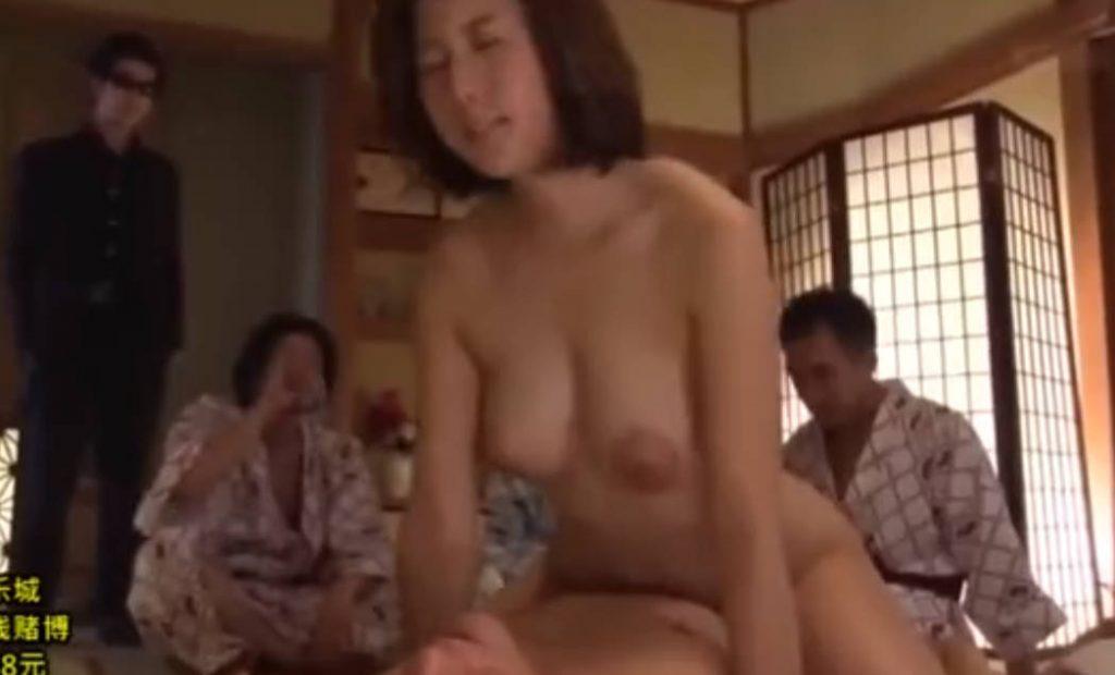 【松下紗栄子】旅館の中で大人数の男たちに見られながら、セックスをさせられる美熟女!やらしい乳首のおっぱいをプリンプリンさせながら、やらしいよがり声を上げて感じまくってしまう変態。