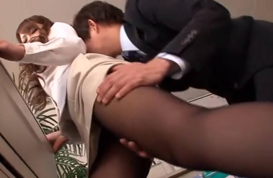 【堀咲りあ】美人OLがコピー機の前で作業をしていると変態男性社員が後ろからパンストを触り放題!ため息に近いあえぎ声をオフィス内で出しまくり。おっぱいやオマンコをさらけ出し、チンポを受け入れ「アンアン!めっちゃいい」