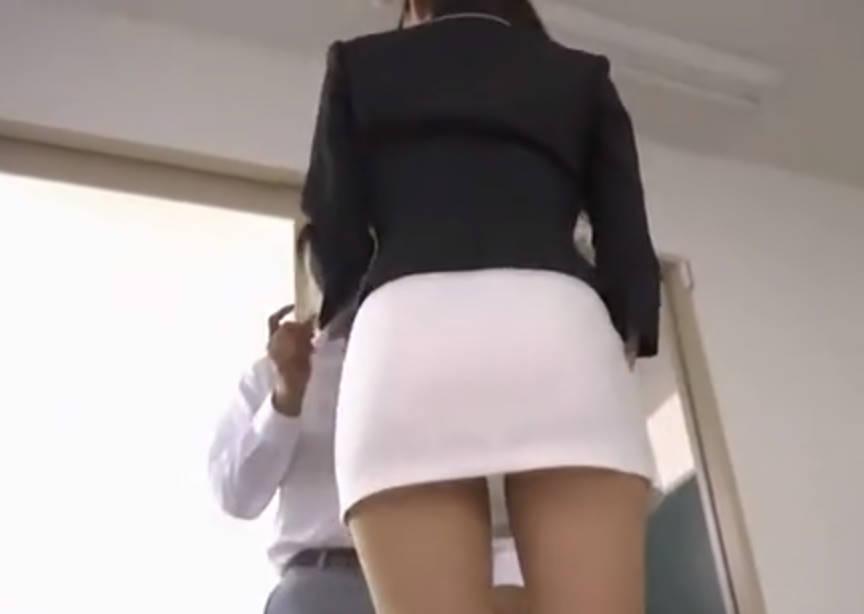タイトスカートを履いたビッチ女教師がおとこのチンポをお尻でコキコキ!スカートの下から見えるパンティでぬけること間違いなし!
