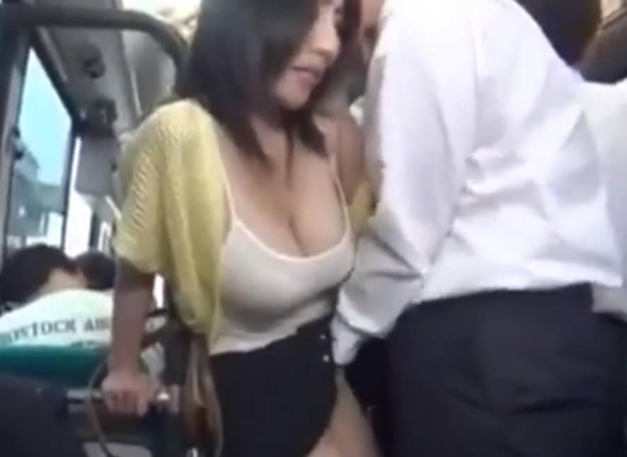 ムチムチの人妻が痴漢バスで強制的に手マンからのチンポ挿入で感じさせられる!発情した人妻はチンポをおもむろにしゃぶり始める。
