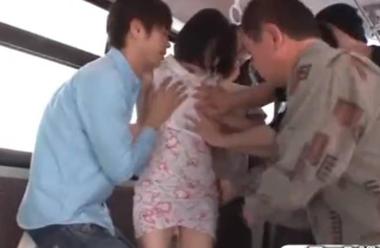バスの乗客全員が痴漢のバスに乗ってしまった美少女!アナルを舐められてやらしいあえぎ声が漏れてしまう!