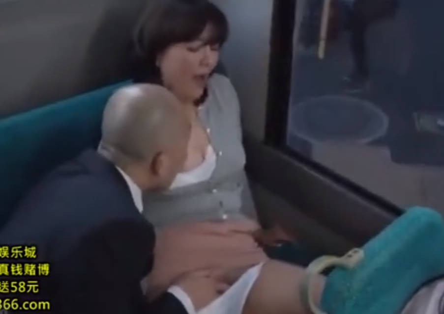 バス内で痴漢師にパンティの中をまさぐられ発情させられる巨乳の美熟女!ホテルに連れ込まれ手マンでイカされてしまう変態!