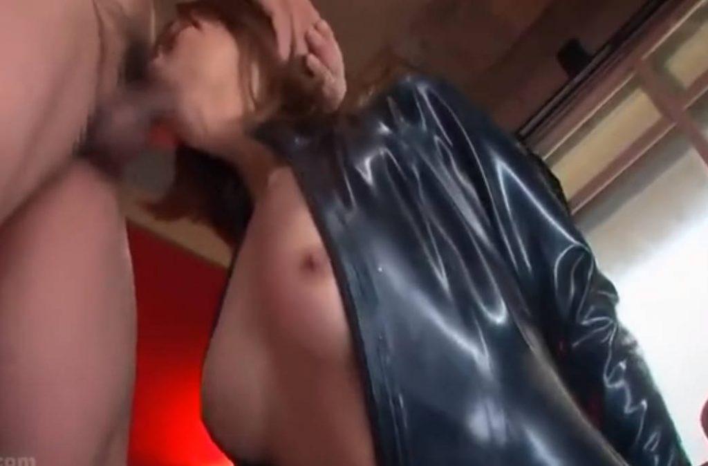 両手を後ろ手に縛られてフェラチオを強要される女捜査官!無理やりチンポを突っ込まれ口マンコを蹂躙されてしまう。