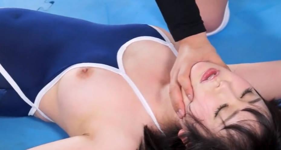 男と女のレスリングによる真剣勝負!いろんな体位の技をかけられて悶絶する美少女レスラー。
