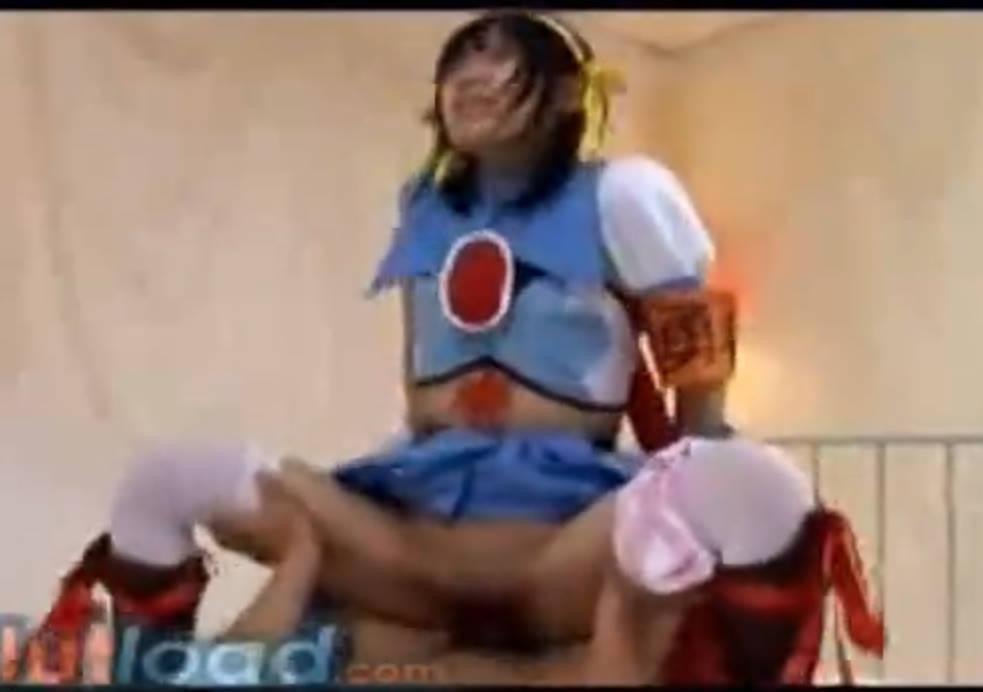 コスプレ美少女が着衣のままチンポをハメこみ「イクイクイクっ!」とアクメする☆最後はパイパンマンコにザーメン発射