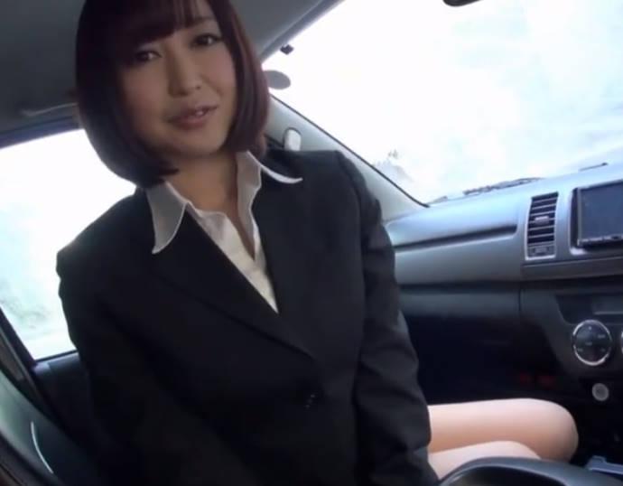 ショートヘア巨乳美女が車内でタイトスカートをめくりあげてシックスナインで楽しませてくれる☆チンポも挿入できて男は大満足
