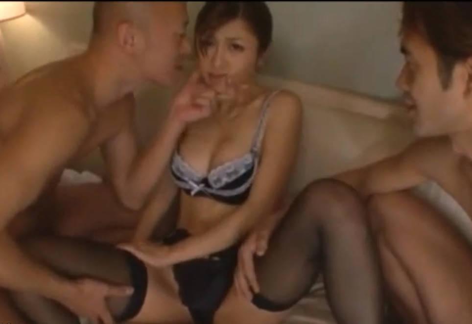 ホテルのルームサービスに来た美女の制服を剥いで乳首やアソコを吸いまくる男達☆観念したオンナはランジェリー姿で犯されまくる