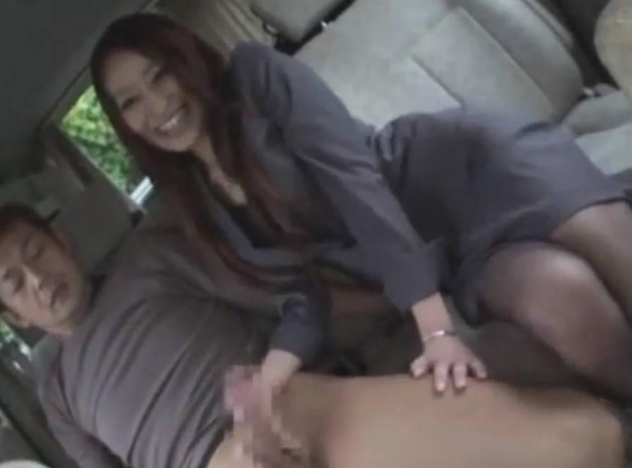 スレンダー美人OLが車内でデカチンをしゃぶり始める☆やらしい舌技で男のチンポはガチガチに固くなってしまう