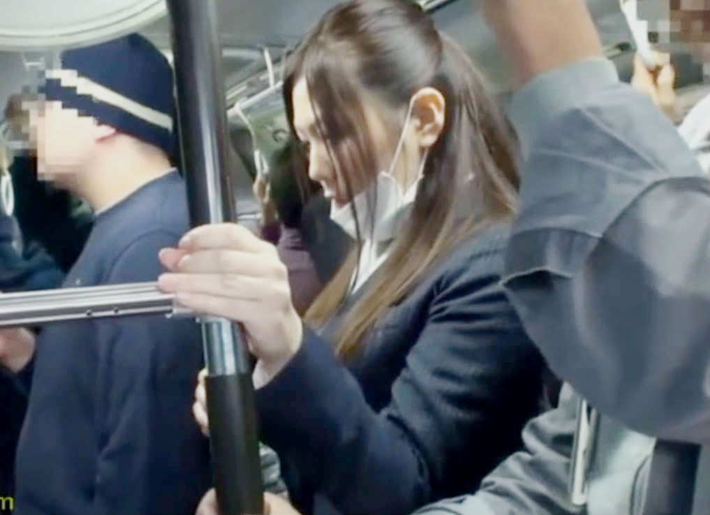 痴漢バスに乗り込んでしまったスレンダー美人OLが痴漢師にいじられる☆タイトスカートもめくりあげられ手マン責めを受けてしまう