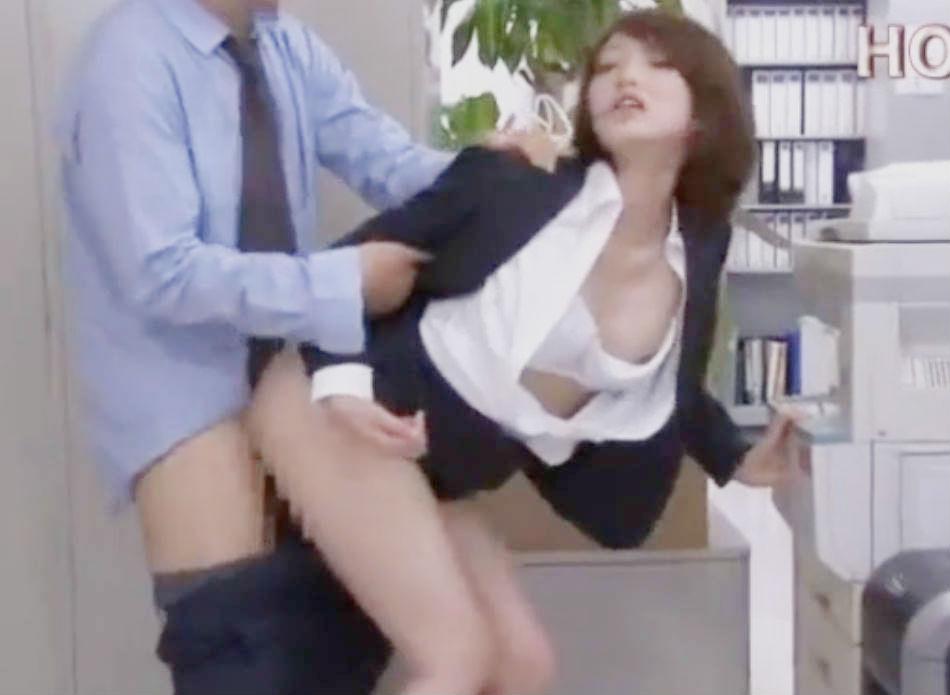 人妻オフィスレディが車内でパコパコセックスしてしまう☆周りに人がいるのでアヘ声が出ないように快楽に耐える