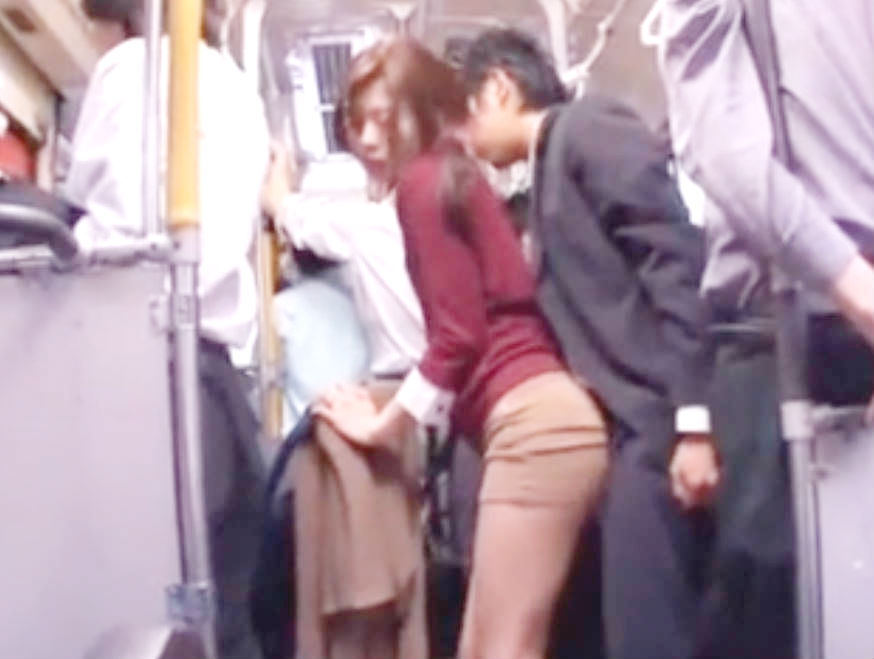 ピチピチのタイトスカートの美熟女がバスの中で美尻にチンポをこすりつけられる☆発情した人妻はおもむろに手コキしだして…