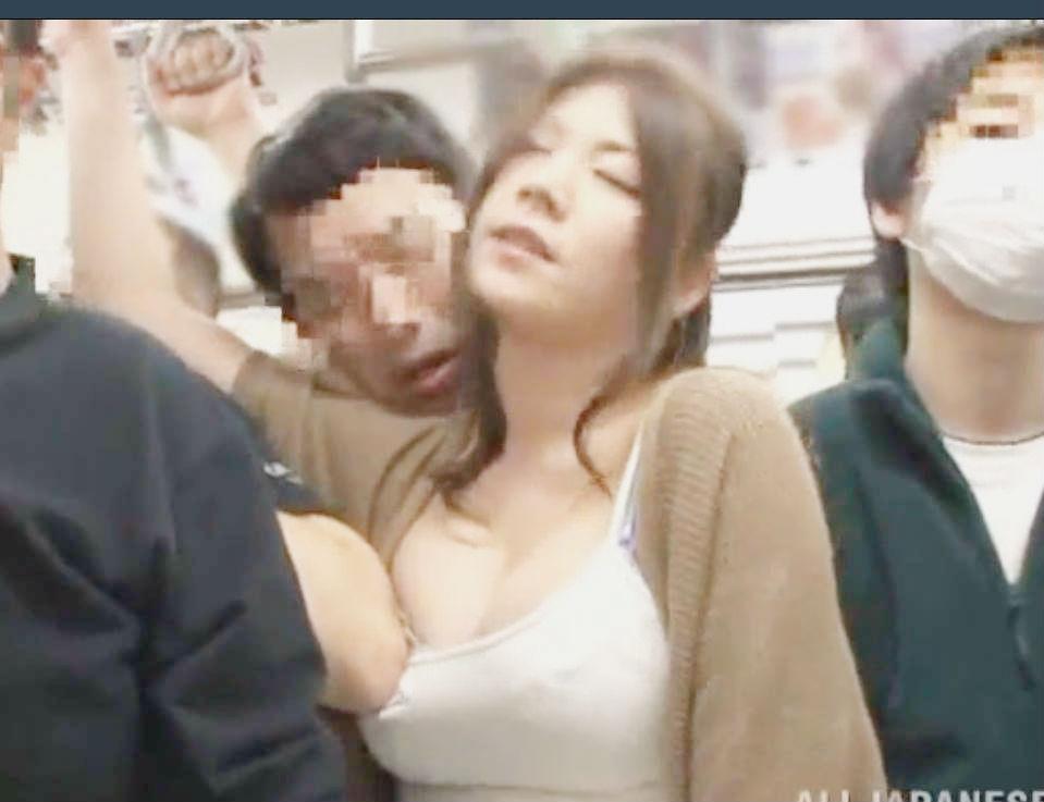 ムチムチミニスカお姉さんが痴漢師に囲まれ辱めを受ける☆美乳をさらしパンティに手を突っ込まれる