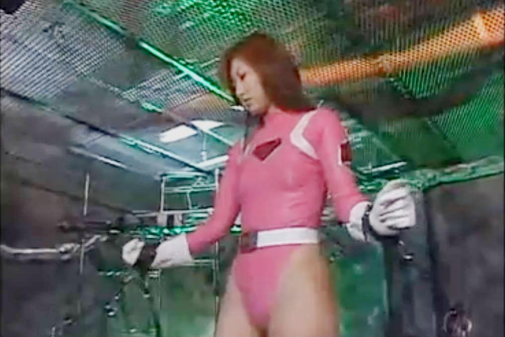 鎖で拘束された美少女ヒロインが背後から襲われる☆おっぱいを揉まれ着衣のままバックでガン突きされてしまう