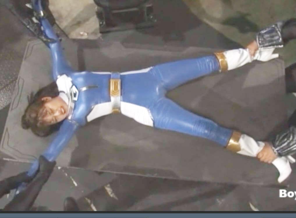 巨乳変身ヒロインが両手両足を押さえつけられて痛めつけられる☆さらに怪しい機械で電流を流される