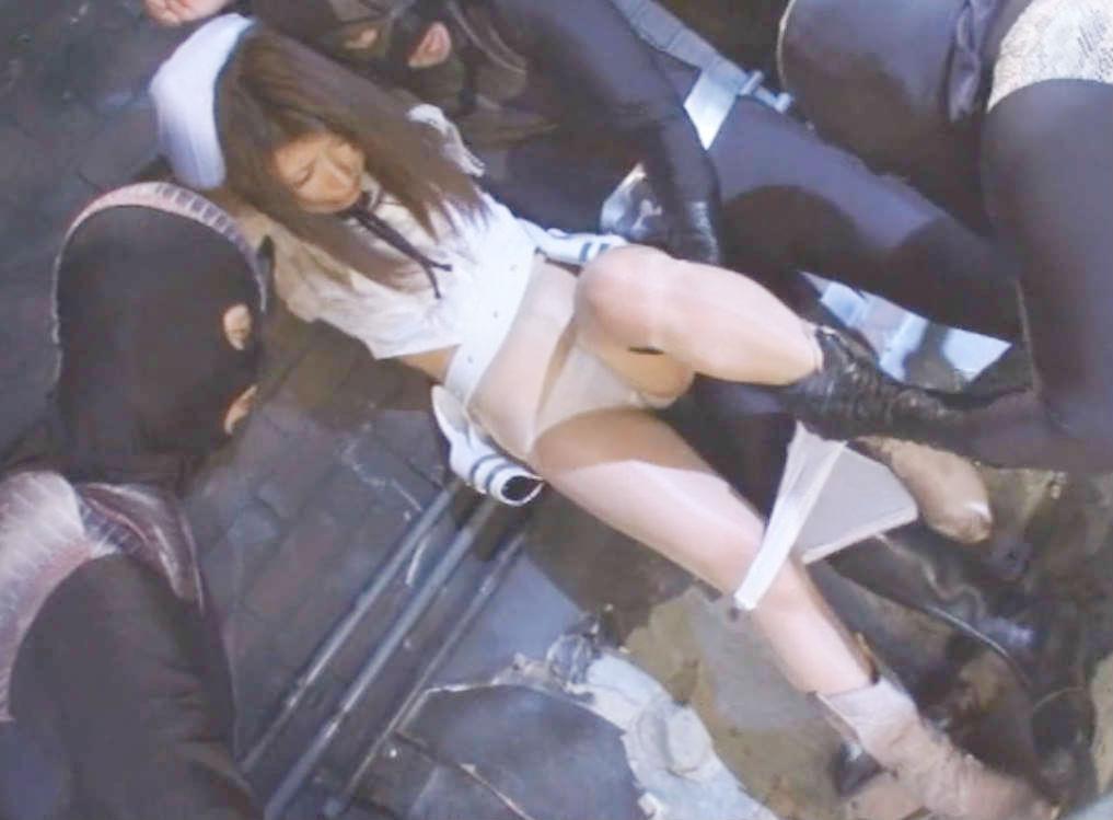 スレンダーヒロインが怪人に手足を拘束されてパンツを脱がされる屈辱☆ヒーローの前でチンポで犯されて屈服