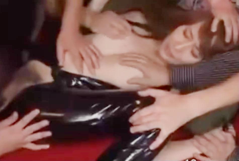 秘密エージェントの柔肌が屈強な男達に蹂躙される☆3本同時にチンポをしゃぶらされる屈辱