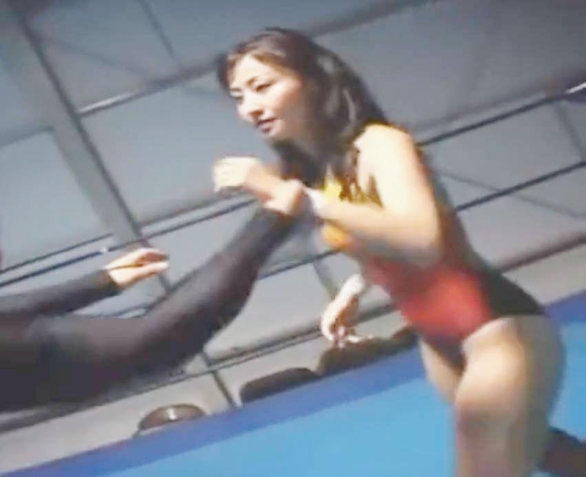 美少女プロレスラーの真剣勝負・最初の余裕もむなしく徹底的にいたぶられてしまう