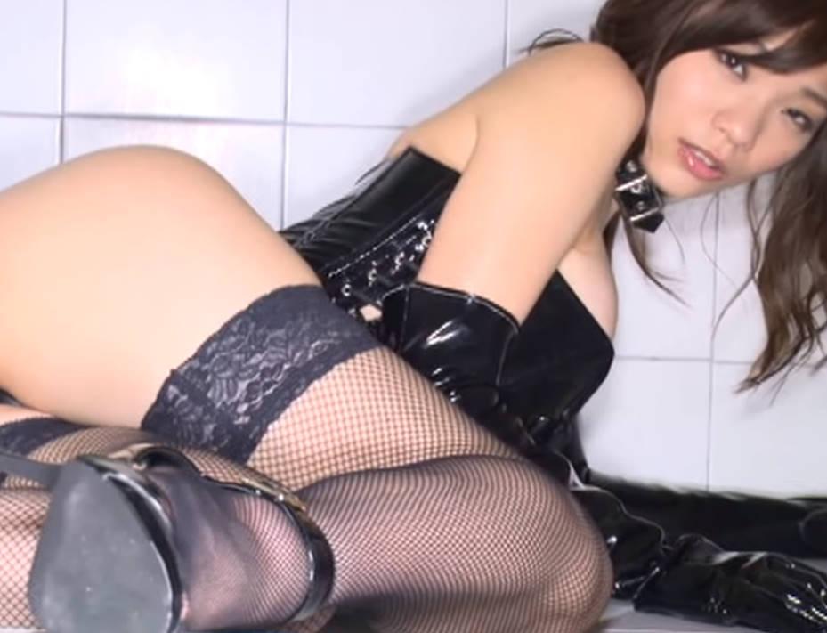 ボンテージ姿で浴室にたたずむ美少女☆つやつやの美尻で挑発的なポーズを取る