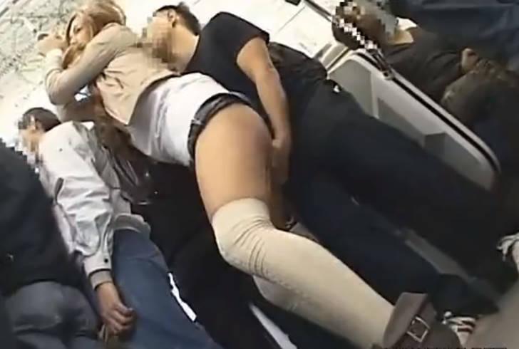 電車の中でギャル風のお姉さんがアソコを弄られまくってアハンアハン☆自らチンポを求めビッチぶりを発揮