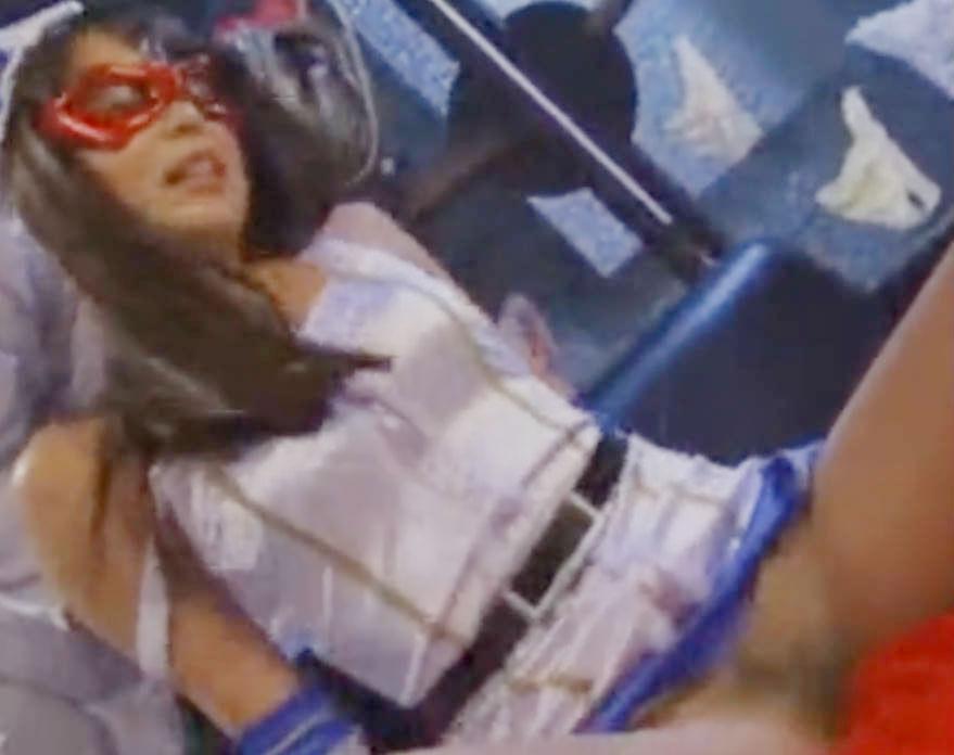 ふたなり改造の憂き目に会う美少女変身ヒロイン☆公衆の面前でビッグペニスをさらす屈辱