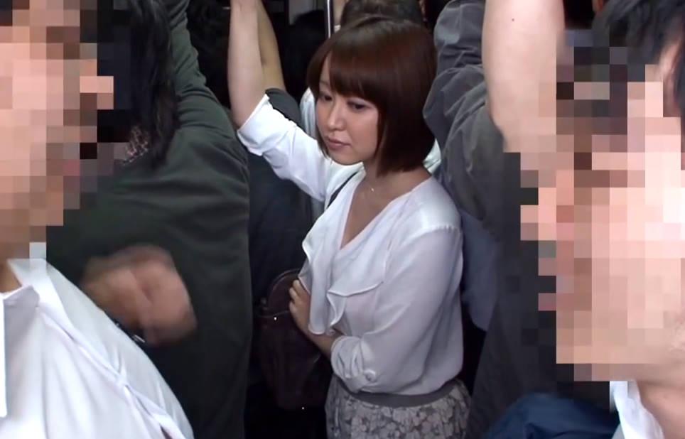 【篠田ゆう】満員バスの中でショートヘアお姉さまが男のソーセージに貪りつく変態ビッチに豹変