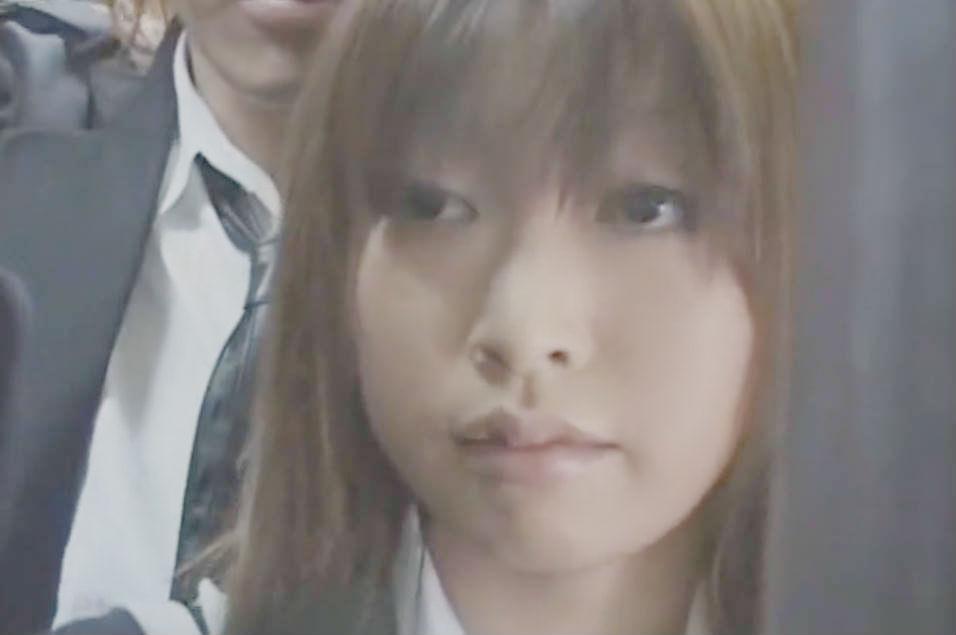 バスの中で痴漢師に目をつけられた制服美少女☆オトコの人のおちんちんが珍しいのかなすがままに口に含ませてしまう