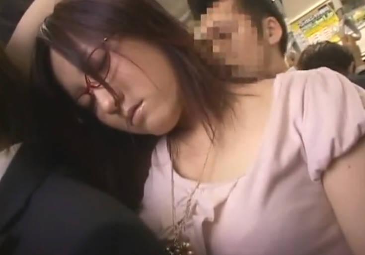 電車の中で居眠りするメガネの美女☆満員で動けないのをよいことにバックから固くなった肉棒で犯す