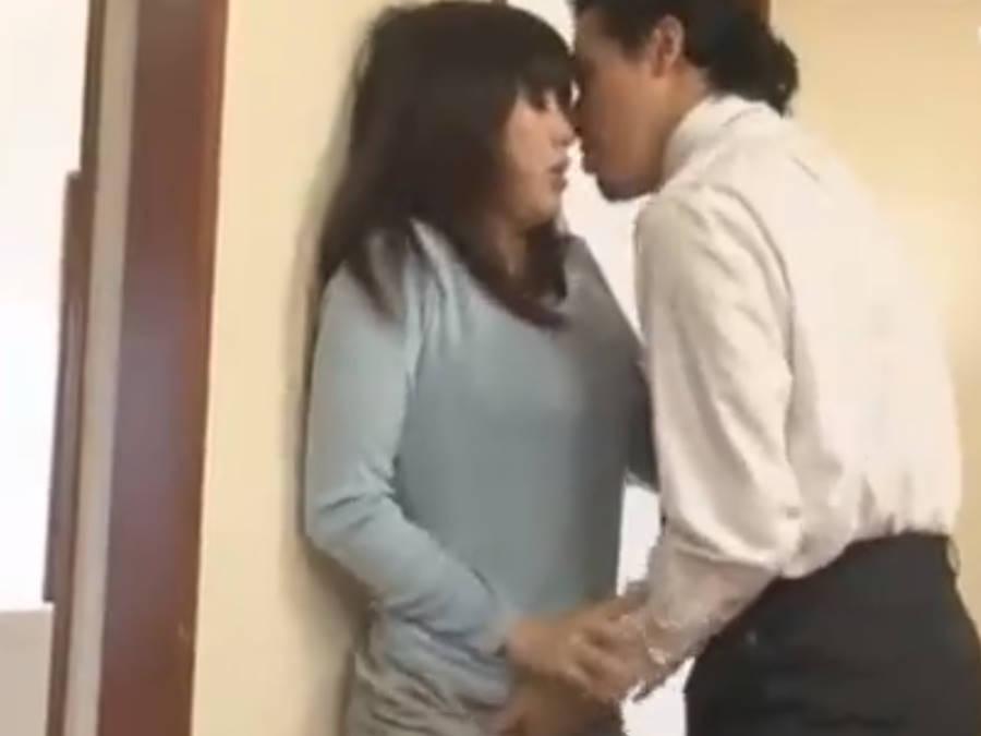嫌がる人妻も無理やりキスされ巨根を見せられると発情してしまう☆フェラで肉棒を味わされ堕ちていく