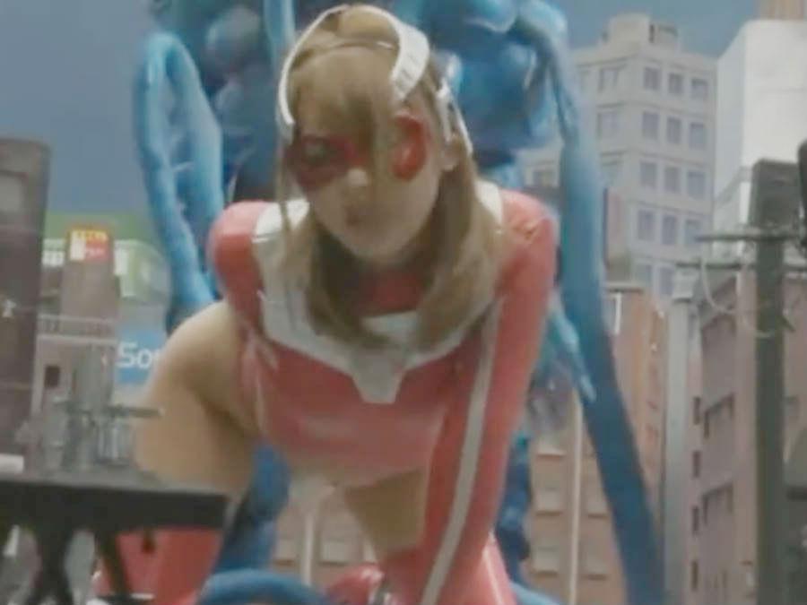 【桜井あゆ】女ヒーローが大きな怪獣を討伐するはずが、逆に街中でメガペニスで犯されてしまう屈辱の展開に