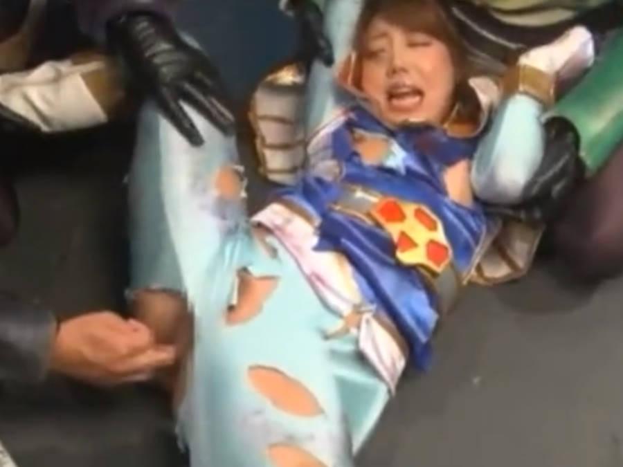 バトルスーツを引き裂かれ手マンでアヘってしまう変身ヒロイン☆バックで挿入されるとアンアンよがり声を上げる
