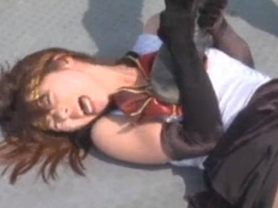 ブラックのセーラー戦士がパンチラしながら敵に倒される☆変身も解かれ一体どうなってしまうのか