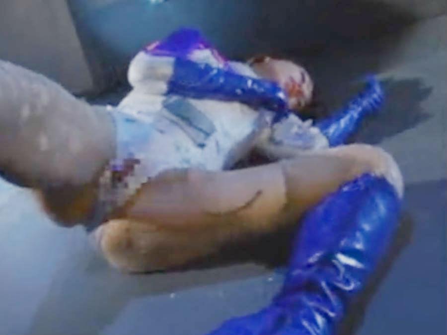 仮面をはぎ取られ、触手をアソコにぶちこまれ、ぬるぬるにされて犯されるヒロイン・体をビクビクさせてよがりまくる