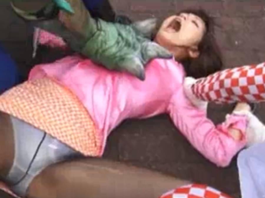 ピンクの美少女変身ヒロインが怪人たちに押さえつけられ大開脚でパンティ丸見え☆変身しても敵に袋叩きにされる