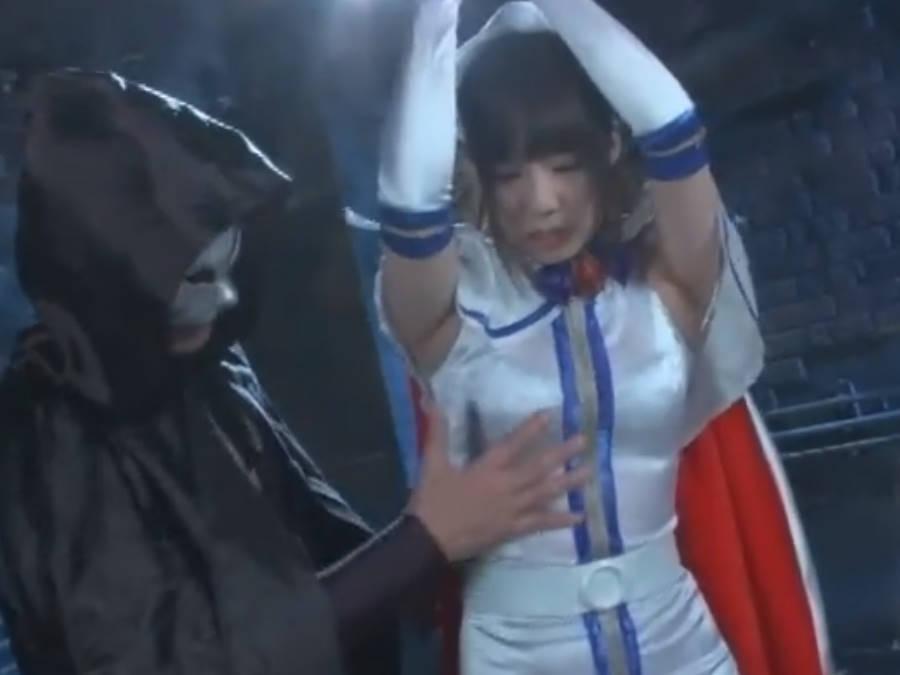 美少女変身ヒロインが水をがぶ飲みさせられて拘束状態で強制失禁の刑に処される