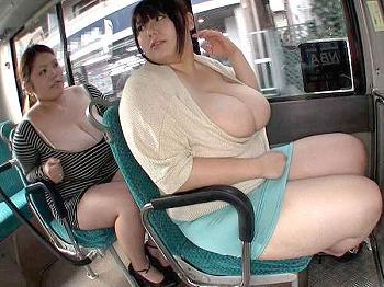 ぽっちゃりどすこいお姉さんがバスの中でエロボディを見せつけ痴漢を誘発
