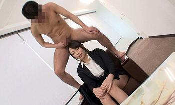 【桜井あゆ】スーツ美女に欲情した面接官、イチモツを取り出してオナペットに