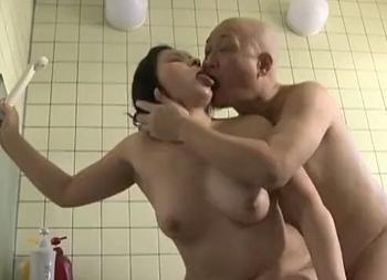 おばさんだけどまだまだイケるわ!浴室でオトコの肉棒にヨガリ狂う