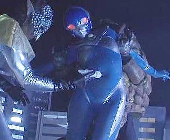 触手で拘束され、胸や股間、そして輝くシンボルさえも、うねうねとした触手に汚される女戦士