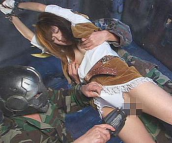 女戦士ががっちりとした拘束具のせいで身動きがとれない、興奮した怪人に犯される!