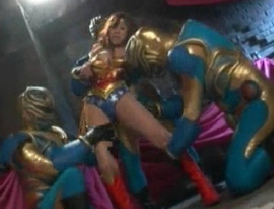 触手による発情エキスで強化された3体のレイプハンターに揉みくちゃにされる変身ヒロイン!